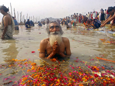 praying-in-the-ganges